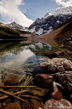 На нашей планете существует место, где можно увидеть восхитительные пейзажи гор, изумительные озёра с кристально-чистой водой, окружённой хрустальными ледниками, и насладиться видом на альпийские реки, стремительным потоком срывающиеся со снежных вершин. Удивительное великолепие подобных пейзажей можно наблюдать в Канаде, на самом красивом ледниковом озере Морейн в Национальном парке Банф.