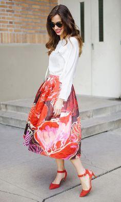 Die schönsten Outfits mit Midiröcken auf: http://www.gofeminin.de/styling-tipps/midirocke-stylen-s1462825.html