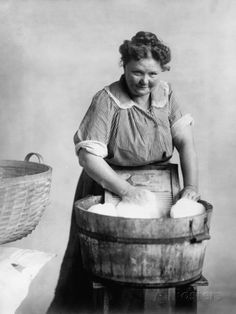 Washing Clothes the old fashioned way - 2 wash tubs, 1 wash board & one clothes wringer if youre feeling fancy! Just add soap and water! Vintage Pictures, Old Pictures, Vintage Images, Old Photos, Female Comedians, Foto Transfer, Wash Tubs, Vintage Laundry, Mary Cassatt