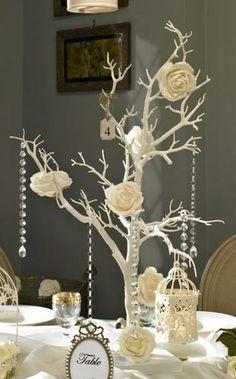 Com galhos de jaboticabas pintados, flores de papel e cristais pendentes! A decoração com sua assinatura!