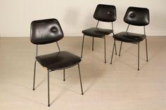 Gruppo di tre sedie; imbottitura in espanso, rivestimento in similpelle, metallo. Discrete condizioni, presentano alcuni segni di usura.