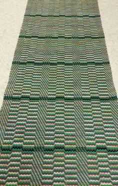 Onnenpolku-matto.  T.harmaa ja vihreä läpi maton. Vaal.pun lakanakuteen välissä mustat raidat. Textiles, Rag Rugs, Weaving Projects, Woven Rug, Scandinavian Style, Pattern Design, Outdoor Blanket, Ideas, Rug Weaves