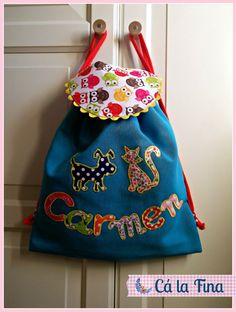 """Mochila """"Perros y gatos"""" personalizada para Carmen.  #mochilasdeguarderia #mochilaspersonalizadas #mochilasinfantiles"""
