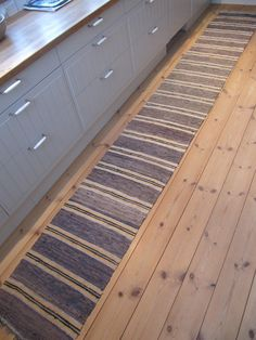 These traditional Swedish rugs are so beautiful! Weaving Designs, Weaving Projects, Nailart, Swedish Style, Scandinavian Interior Design, Long Rug, Textiles, Tapestry Weaving, Home Decor Inspiration