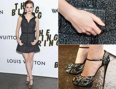 Emma Watson, a estrela do nova longa de Sofia Coppola, apostou em um curtinho de tweed da Chanel! A peça leva gola estruturada e cinto fininho. Ela completa com clutch no mesmo tom e sapato peep toe levemente brilhante da grife Giuseppe Zanotti. Perfeita!