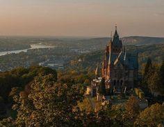 Замок Драхенбург - один из крупнейших немецких замков XIX века. Он был построен в 1882—1884 годах по заказу барона Стефана фон Зартера. Замок выполнен в неоготическом стиле, интерьеры украшены многочисленными фресками на тему немецких саг и легенд.