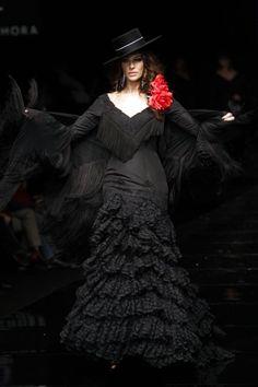 Eva González, en el Salón Internacional de la Moda Flamenca, con diseños de Pilar Vera