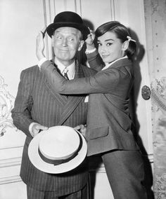 Audrey Hepburn and Maurice Chevalier pose playfully on the set of Love in the Afternoon (1957) Audrey Hepburn Images, Audrey Hepburn Born, Audrey Hepburn Givenchy, Golden Age Of Hollywood, Vintage Hollywood, Classic Hollywood, Hollywood Story, Hollywood Couples, British Actresses