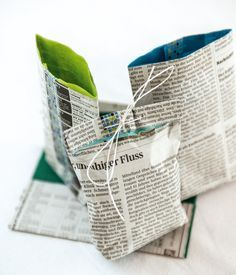 News from old newspapers: Fast gift bags are made from old newspapers Newspaper Bags, Newspaper Crafts, Creative Gift Wrapping, Creative Gifts, Diy Presents, Diy Gifts, Wrap Gifts, Clear Gift Bags, Papier Diy