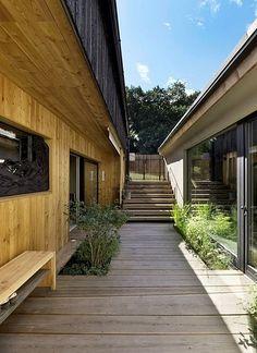 Rozdílné konstrukce a materiály tvoří harmonický kontrast charakteristický pro celý projekt.