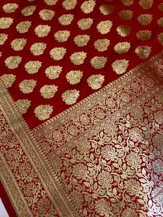Discover recipes, home ideas, style inspiration and other ideas to try. Red Saree Wedding, Bridal Silk Saree, Pakistani Bridal Dresses, Beautiful Pakistani Dresses, Elegant Saree, Beautiful Saree, Black Tie Wedding Guest Dress, Couple Wedding Dress, Set Saree