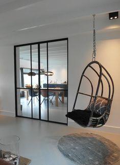 gietvloer schommelstoel stalen kozijnen interieur