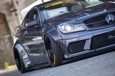 Mercedes C63 AMG Coupé (C204): Big. Bad. Breit. : Des Fahrsinns fette Beute: Liberty Walk macht das C63 Coupé mächtig böse - Auto der Woche - Mercedes-Fans - Das Magazin für Mercedes-Benz-Enthusiasten