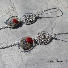 Bijou créateur - boucles d'oreilles dormeuses argentées estampes filigranées breloques feuilles et sequins émaillés taupe et rouge bordeaux