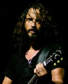 Why do people think it's o. to change a person's name that finds and down loads the pic? Beautiful Voice, Beautiful Men, Beautiful People, Chris Cornell Music, Seattle, Temple Of The Dog, Smiling Man, Why Do People, Jim Morrison