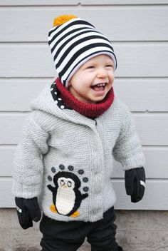 What a cute little jacket, the little penguin is priceless! Little Boy Fashion, Kids Fashion Boy, Little Girl Outfits, Kids Outfits, Baby Outfits, Knitting For Kids, Baby Knitting, Boys Sweaters, Baby Cardigan