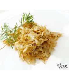 i love Sauteed Cabbage.with butter lemon beans cauliflower n roast pine nuts Veggie Meals, Veggie Recipes, My Recipes, Vegetarian Recipes, Recipies, Romanian Recipes, Romanian Food, Sauteed Cabbage, Homemade Food