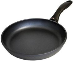 The 26 centimeters frying pan from Swiss Diamond features unparalleled nonstick performance for healthy cooking as well as easy clean-up. The trademarked nonstick finish, strengthened with actual diamond fragments, permits oil-free food preparation and Kitchen Shop, Kitchen Dining, Dining Table, Best Wok, Stir Fry Pan, Cast Iron Skillet, Roasting Pan, Kitchen Essentials