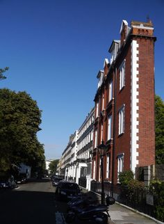 thinnest-house -Thurloe Square in Kensington London showcases what is most certainly the thinnest house in Britain.