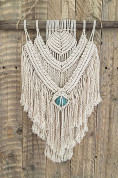 Lana - Delicate, warm and harmonious. Macramé ecru 100% cotton with a stone of healing of your choice and wood Driftwood reclaimed south wall. Hand-made in France. Approx measurements (approx): -Macrame (unattached) length: 50 cm -Macrame width: 30 cm -Driftwood: 50 cm Feasibility