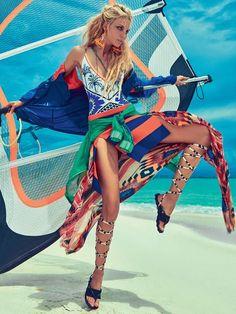Carol Trentini mostra sua porção garota de praia na Vogue de novembro