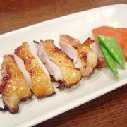 【鶏もも肉の柚子こしょう風味照り焼き】コラーゲンでプルプルお肌 材料(2人分) 鶏もも肉 … 200g しょうゆ … 大さじ1 酒 … 小さじ2 はちみつ … 小さじ1 柚子こしょう … 小さじ1/3 トマト … 1個 さやえんどう … 4枚 (1) 鶏もも肉は2枚に切り、皮にフォークで穴をあける。トマトはくし切りにし、さやえんどうはさっと茹でて2枚に切る。 (2)ボールにしょうゆ、酒、はちみつ、柚子こしょうを入れて混ぜ、(1)の鶏肉を10分漬け込む。 (3)魚焼き器を熱し、弱火で(2)の両面を皮目から順にこんがりとじっくり焼く。 (4)(3)を食べやすい大きさに切り、器に盛り、トマトとさやえんどうを添える。