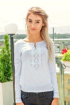 Жіноча вишита футболка - довгий рукав (373)Акуратна вишивка білими та  сірими нитками гармонійно поєднана з білою матерією жіночої вишитої футболки  на довгий ... ca118c67c9f90
