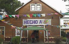 En el día de ayer, se realizó la cuarta feria de Hecho a Mano, en el Teatro San José. Como ya es costumbre, cerca de 25 expositores presentaron sus trabajos que van desde productos alimenticios, hasta tejidos, artesanías, estampados y plantas. En ésta oportunidad, estuvo invitado Franco Chiatellino, un artesano de Villa La Angostura, que se dedica a las velas artesanales. http://smandespatagonia.com.ar/index.php/10-news/cultura/1613-cuarta-feria-de-hecho-a-mano
