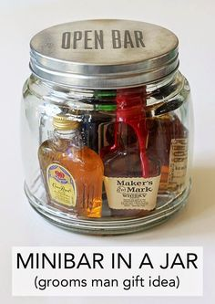 Wedding Gifts For Guests Minibar In A Jar (Gift Idea) - It's customary to give gifts to those involved in your wedding party, mostly to tell them thank you. This minibar in a jar gift idea is great for giving to the best man, any of your groomsme… Diy Gifts For Men, Homemade Gifts For Men, Alcohol Gifts For Men, Gifts For Best Man, Fun Gifts For Women, Cool Gifts For Guys, Male Gifts, Easy Diy Gifts, Awesome Gifts
