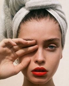 Fresh, clean skin with a dash of red lipstick - one of our favorite makeup lo . - Fresh, clean skin with a dash of red lipstick – one of our favorite makeup looks … - Beauty Makeup, Eye Makeup, Hair Makeup, Hair Beauty, Clean Makeup, Makeup Lipstick, Beauty Photography, Portrait Photography, Inspiring Photography