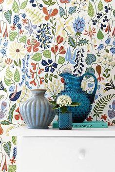 Yksi kukka riittää, vaikka maljakkoja on kolme. Tapetti Boråstapeter Wallpapers by Scandinavian Designers 2743. 67 e, Värisilmä.