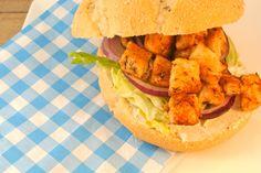 Een lekkere eenvoudige broodmaaltijd met kip, je kunt dit als hoofdgerecht eten, met een lekkere salade erbij of als uitgebreide lunch. Het broodje is belegd met heerlijke gekruide kip, tzatziki, rode ui en ijsbergsla. Echt een aanrader als je 's avonds niet zoveel tijd hebt of als je tussen de middag een wat uitgebreidere lunch...Lees Meer »
