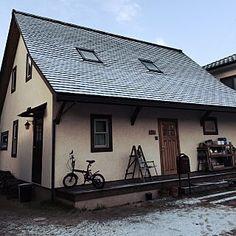 女性で、4LDKの、Overview/ウッドデッキ/天窓/漆喰/木の家/スペイン瓦/雪化粧/ボビポスト/平屋風2階建/折れ屋根についてのインテリア実例。 「うっすら雪化粧。...」 (2016-01-19 00:37:18に共有されました)