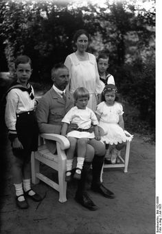 And then there were four.  Prince Oskar and wife Princess Ina-Marie with their complete family.  In back:  Ina-Marie with Prince Oskar.  In front: Prince Burchard, Prince Oskar with Prince Wilhelm Karl, and Princess Herzeleide.  Wilhelm Karl, at the time of his death, was the last surviving grandchild of Empress Augusta and Kaiser Wilhelm II.