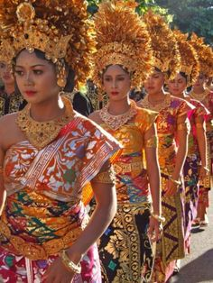 Women wearing traditional costumes at Bali Art Festival, Indonesia Beauty Around The World, People Around The World, Moda Art Deco, Bali Lombok, Indonesian Art, Costumes Around The World, We Are The World, World Cultures, Traditional Dresses