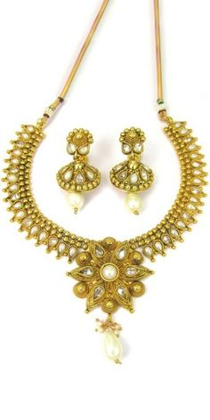 Sizzling Golden And Pearl Polki Necklace Set.