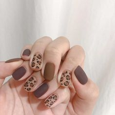 Trendy Animal Print Nail Art Ideas - Major Mag Go through our collection of the best animal print nail art ideas, and get those nails painted now. Trendy Nail Art, Easy Nail Art, Stylish Nails, Korean Nail Art, Korean Nails, Nail Swag, Nagel Hacks, Nagellack Design, Black Nail Art