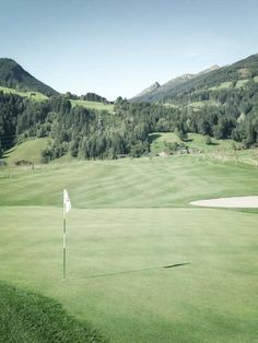 Direct access to the golf course! The rooms of the Sportresidenz Zillertal with a view of the Zillertal mountains and the Hochzillertal ski region Sport Nature, Golf Holidays, Austria, Skiing, Golf Courses, Boutique, Mountains, Sports, Ski