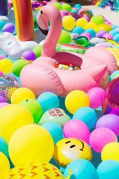 Aufblasbare Flamingo Voll Mit Kühlen Getränken, Viele Bunte Ballons Im  Pool, Die Perfekte Poolparty