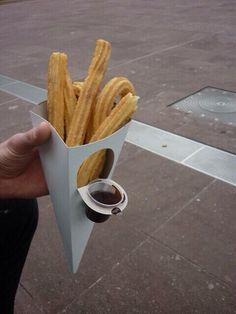 Churros with a dippable chocolate sauce container. – sarayut prakittrakul Churros with a dippable chocolate sauce container. Churros with a dippable chocolate sauce container. Cool Packaging, Food Packaging Design, Brand Packaging, Fries Packaging, Packaging Ideas, Food Trucks, Food Design, Design Design, Food Truck Design