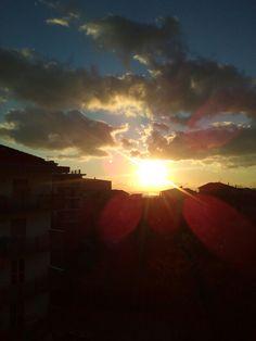 Mi affaccio e il ciel m'affascina. #shy #stupore #tramonti #TramontiDelSud #happyday  #MeraviglieDelCreato #senzaparole #SenzaFiltri  #vscphoto #vscoitaly #vscocam #instaphoto #panorami_meridionali #volgoitalia #volgosalerno #voglioviverecosicolsoleinfronte   #followme #sun #sea