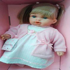 Bebés encantadores de alta calidad inspirados en la dulzura y elegancia, con lindos vestidos. LLoran y dicen mamá, papá se calman cuando le pones el chupo. Ideal para la diversión de las niñas medida: 35 cms aprox.