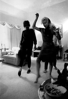 Marilyn at Henry Weinstein's house, 20 January 1962 ~ Can't beat a glass of wine with the girlies!