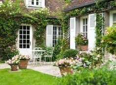 Fenêtres blanches en bois avec volets battants. Réalisation de Belisol Chantilly.