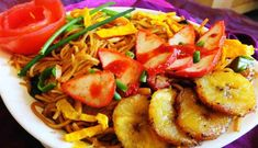 Surinaams eten – Tjauw Min Moksie Baka Bana (tjauw min met moksie metie en gebakken banaan)