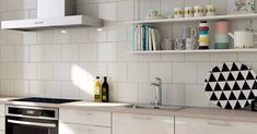 Keittiön välitilan valinnalla luot ilmettä ja väritystä. Pienet kauniit tavarat avohyllyillä tuovat persoonallista ilmettä ja kodikkuutta. Kitchen Cabinets, Kitchen Ideas, Home Decor, Decoration Home, Room Decor, Cabinets, Home Interior Design, Dressers, Home Decoration