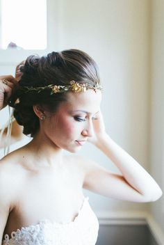 love the daintiness of this floral bridal crown ~  we ❤ this! moncheribridals.com