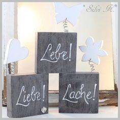 erhältlich hier: http://de.dawanda.com/product/100538063-3er-set-holzkloetze-lebe-liebe-lache Lebe, Liebe, Lache, Holzklötze, Schmetterling, Blume, Herz, Handarbeit aus Holz, Silvi K.