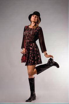 O vestido preto com floral ganha sensualidade com a transparência! Essa é mais transparência vai aquecer o inverno.