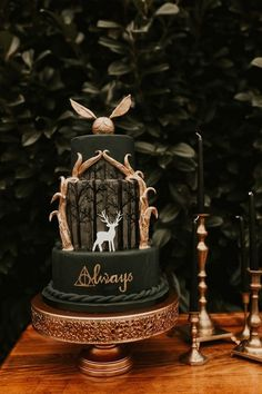 Wedding Themes moody emerald greena and gold Harry Potter themed wedding cake - So who's the Harry Potter superfan? Who doesn't love Harry Potter I mean? If you're planning a Harry Potter themed wedding, both adults and kids. Harry Potter Torte, Harry Potter Desserts, Harry Potter Wedding Cakes, Harry Potter Thema, Cumpleaños Harry Potter, Harry Potter Birthday Cake, Harry Potter Cupcakes, Harry Potter Theme Cake, Harry Potter Themed Party